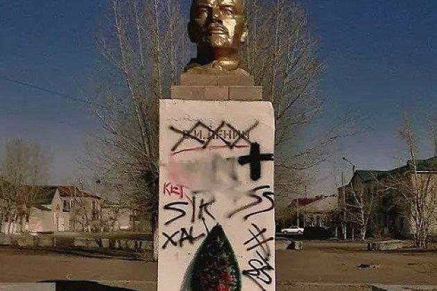 Исписанный памятник Ленину в Борзе