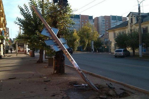 Протараненный автомобилем светофор на перекрёстке улиц Бабушкина и Бутина в Чите