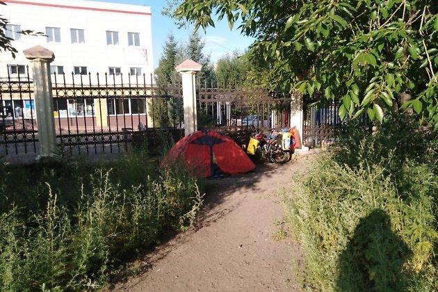 Палатка туриста, которые переночевал у ТЦ в Чите