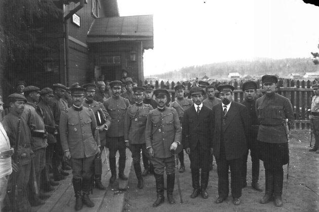 Представители ДВР и японского командования на переговорах. Станция Гонгота.