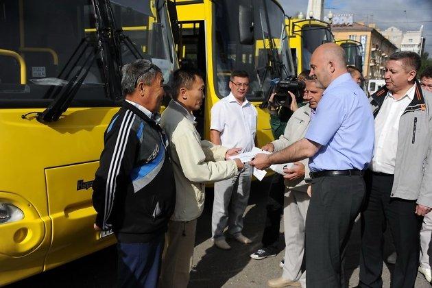 Губернатор Ильковский передаёт автобусы представителям районов, 2014 год
