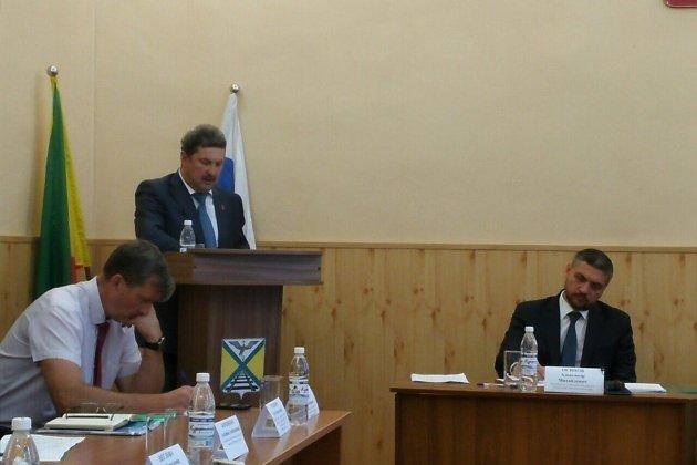 Осипов выслушивает доклад главы Забайкальского района