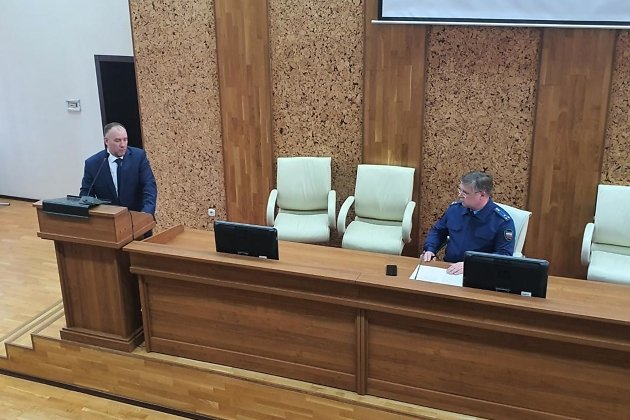 Глава минстроя Приангарья Павел Писарев (слева) и заместитель прокурора области Вячеслав Бабенко