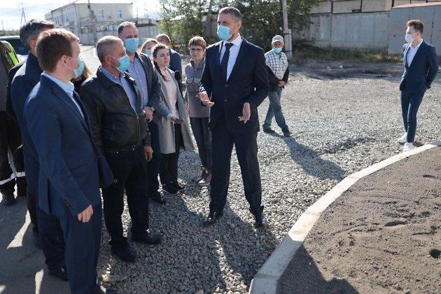 Александр Осипов проверяет дорогу по улице Тобольской в Кадале.