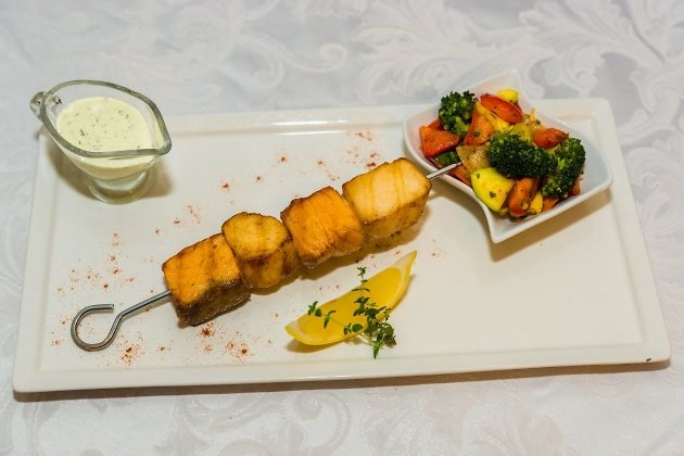 Шашлычки рыбные с соте из овощей  (рыба масляная, сёмга, овощи тушеные - брокколи, морковь, кабачки, помидоры, болгарский перец, лук), подаётся  с огуречным соусом