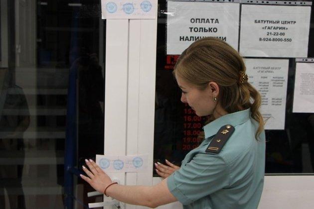 Пристав опечатывает вход в батутный центр