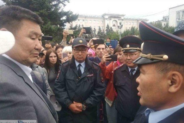 Сенатор Вячеслав Мархаев на протесте в Улан-Удэ