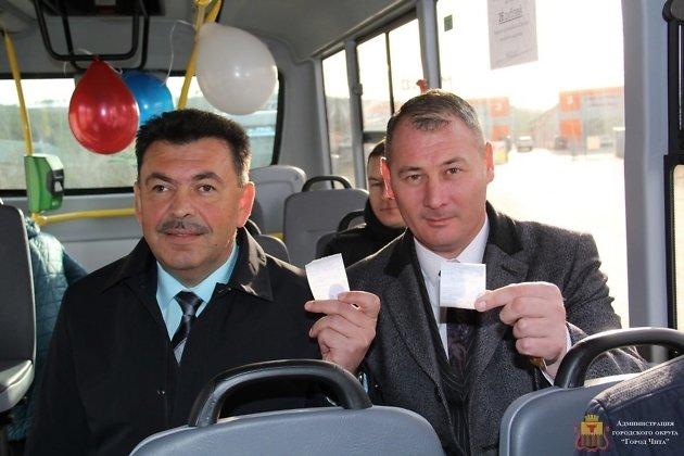 Глава города Евгений Ярилов и и.о. сити-менеджера Александр Сапожников в новом автобусе