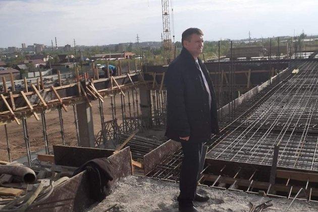 Геннадий Гусев инспектирует строительство школы в Октябрьском