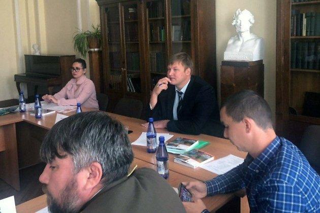 Андрей Шемякин (в центре)
