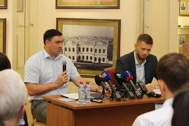 Руслан Болотов и спикер думы Иркутска Евгений Стекачёв на пресс-конференции 11 августа