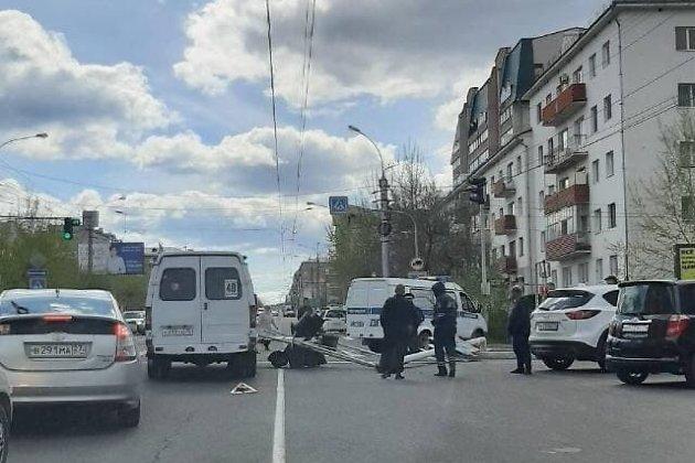 Светофор упал на дорогу на перекрёстке улицы Ленина и Николая Островского в Чите
