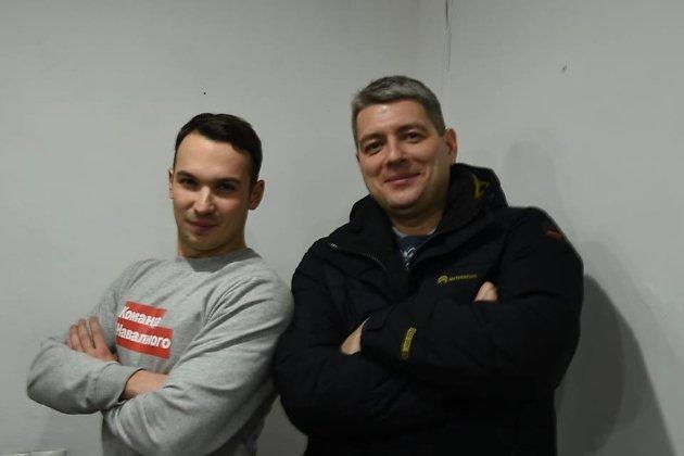 Новый глава штаба Навального в Иркутске Антон Жуковец (слева) и бывший координатор штаба Сергей Беспалов (справа)