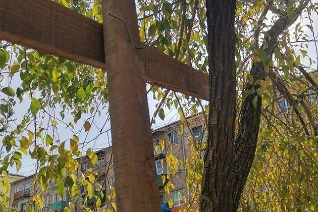 Деревья, к которым прибивали доски ограждения