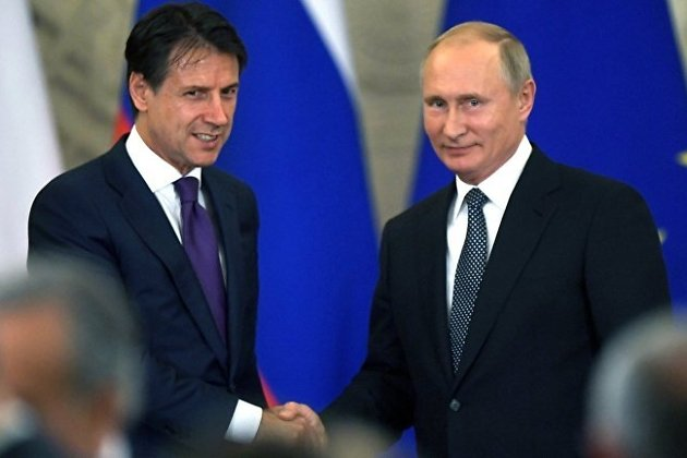 Премьер-министр Италии Джузеппе Конте (слева)