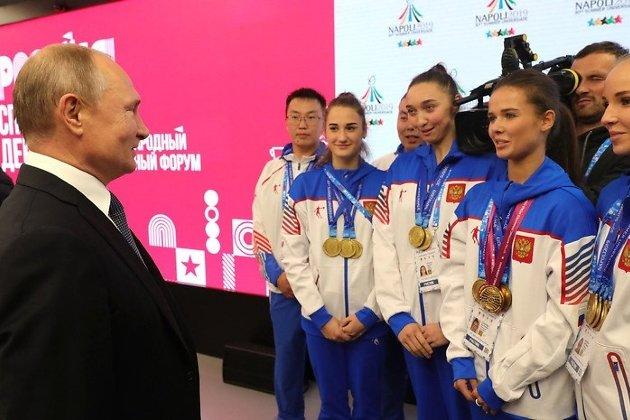 Бэлигто Цынгуев - первый спортсмен слева