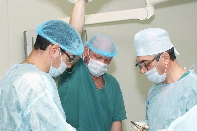 Отец и сын Скажутины проводят эндоскопическую операцию.