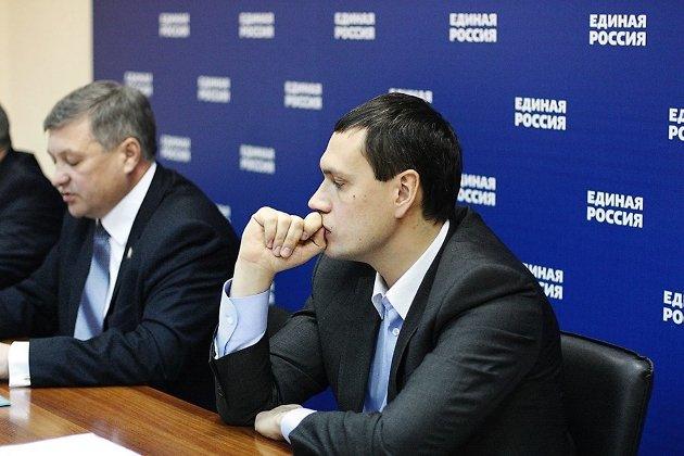 Руководитель администрации губернатора Дмитрий Кочергин (справа) и секретарь забайкальского отделения