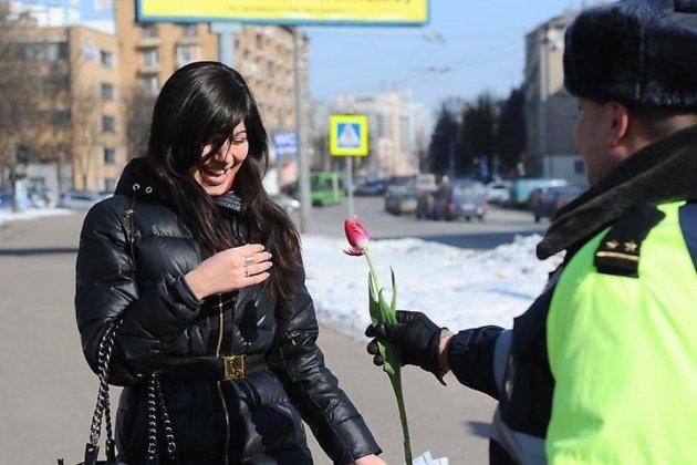 Женщины-водители на главных улицах читы 7 марта получат цветы и подарки