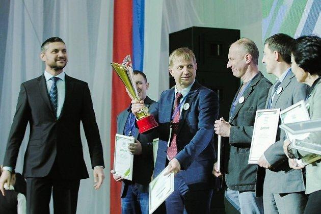 Бочкарёв (с кубком) на церемонии награждения победителей, 10 февраля