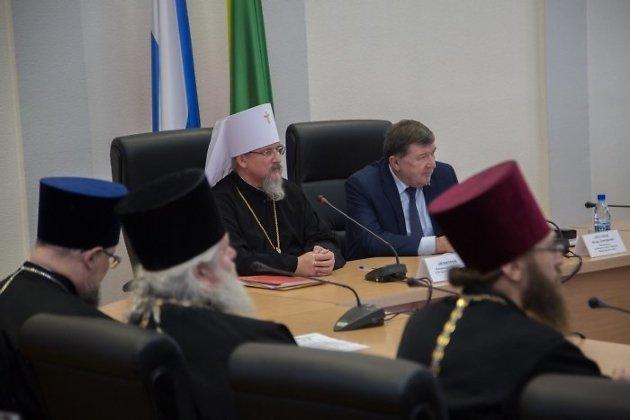 Митрополит Димитрий и председатель заксобрания Забайкалья Игорь Лиханов на III Рождественских парламентских встречах
