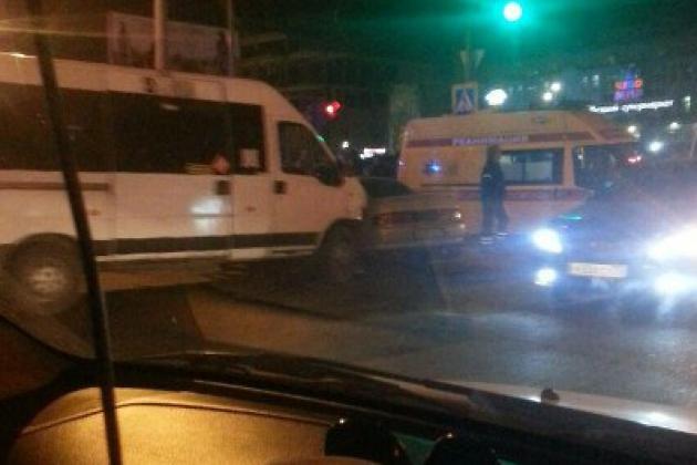 ВЧите маршрутка неуступила дорогу Тоёта Cresta. вынуждены прибегнуть кпомощи медиков 4 человека