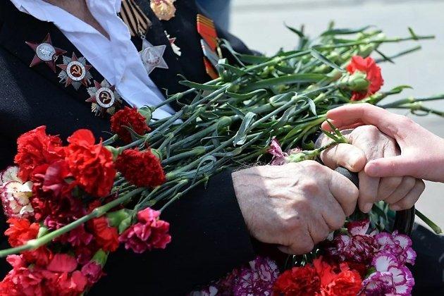 Руки ветерана с цветами