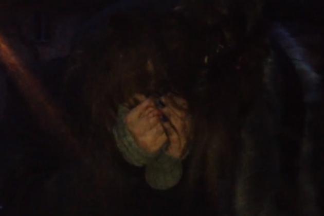 Кадр из видео избиения читинской девочки подростками