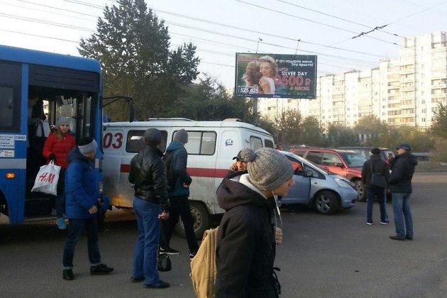 ВДТП сучастием скорой иавтобуса вИркутске пострадали два человека