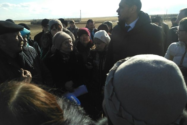 Александр Осипов во время разговора с чабаном в Ононском районе