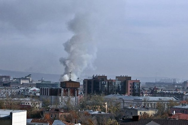 Cотрудники экстренных служб эвакуировали 27 ростовчан изгорящего довоенного дома