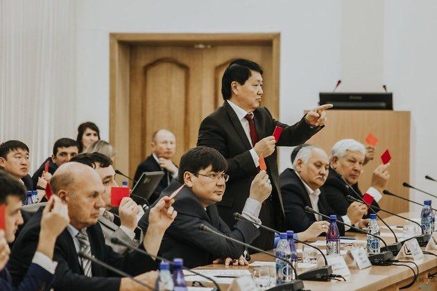 Юрий Кон подсчитывает голоса депутатов Законодательного собрания