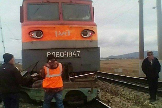 Сбитый локомотивом автомобиль на станции Харагун