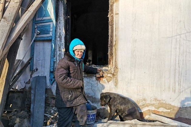 Любовь Мурзина на фоне сгоревшего дома