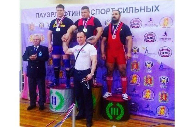 На 1-месте - Виталий Громов, на 3-м - Андрей Витюк, рядом с пьедесталом в центре - тренер Виталия Денис Щербаков.