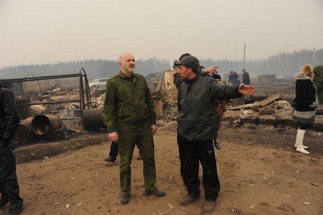 Константин Ильковский на месте пожара в Смоленке