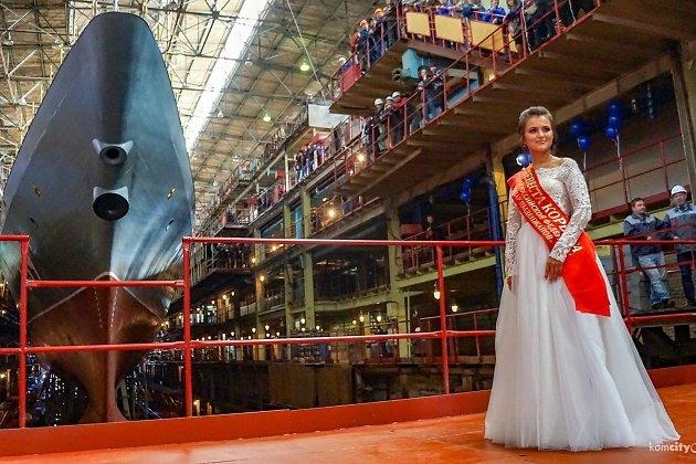 Анна Сбичакова на фоне корвета имени Алдара Цыденжапова