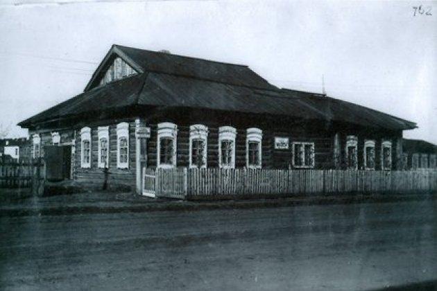 Здание, в котором сейчас располагается национальная библиотека имени Хангалова