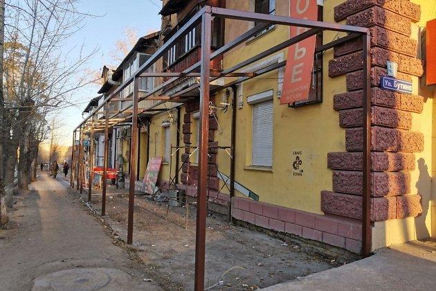 Каркас незаконной пристройки к жилому дому на улице Бутина в Чите