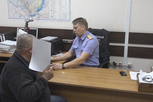 Задержанный подозреваемый в кабинете следователя СУ СКР
