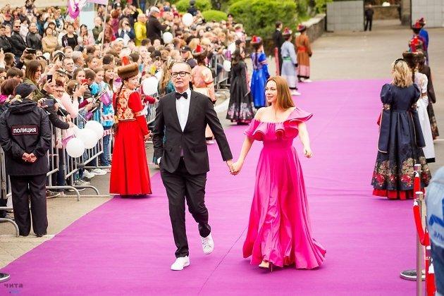 Екатерина Гусева и Андрей Руденский, ведущие церемонии открытия восьмого Забайкальского кинофестиваля.