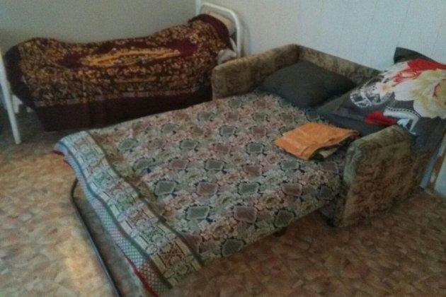 В комнате оказалось четыре железные больничные кровати, две койки из ДСП и один разложенный диван времён СССР