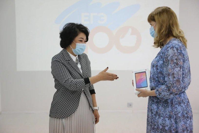 Аягма Ванчикова вручила планшеты выпускникам-стобалльникам и их учителям