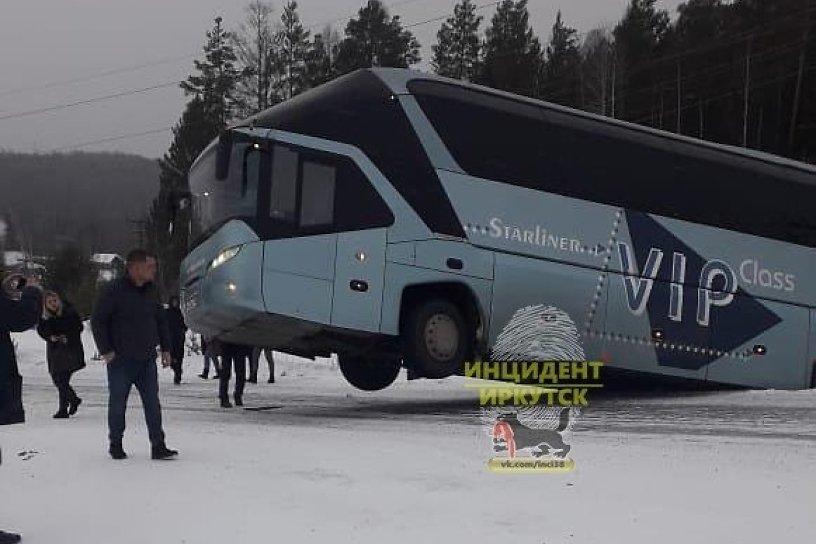 Пассажирский автобус съехал в кювет в районе посёлка Эдучанка