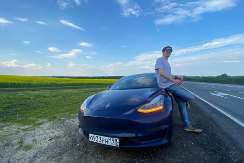 Предприниматель на электромобиле Илона Маска Tesla приехал в Читу
