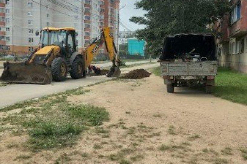 Россети раскопали тротуар на улице Брызгалова в Чите для ремонта линии электропередачи